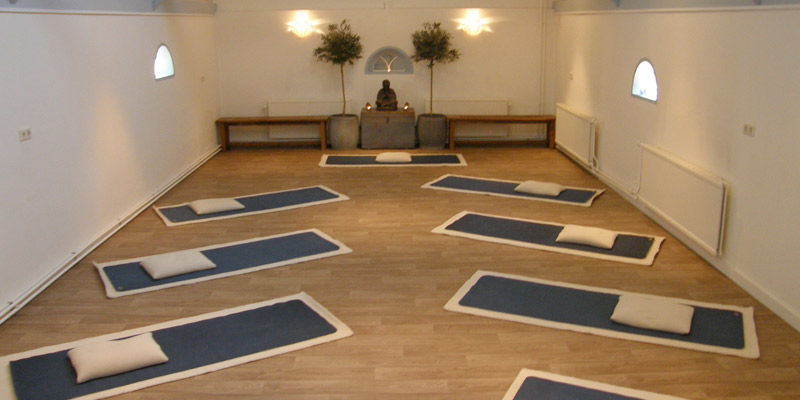 De grote yogaruimte van Yogacentrum Eemland